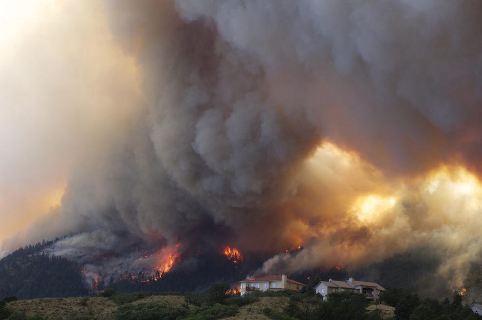 Огонь медленно поглощает дома в Колорадо-Спрингс у каньона Уолдо, Колорадо, США, 26 июня 2012 года.
