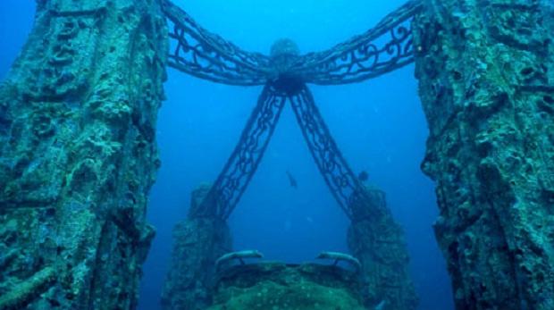 Мемориальный Риф Нептуна, находящийся в трех милях от Ки Бискейн, штат Флорида, является подводным кладбищем, которое предлагает место тем, кто действительно любил воду. Труп кремируют, прах смешивают с цементом, после чего к останкам прикрепляют мемориальную доску и отправляют на дно океана. Кладбище, чьим дизайнером является Ким Бренделл, расположено на глубине 40 футов.