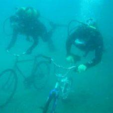 «Discovery Diving» каждый год на 4 июля проводит гонки на велосипедах под водой в городе Бофорт, Северная Каролина. Сборы средств от этого мероприятия идут на помощь детям в детские дома.