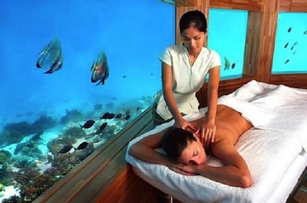 Курорт Huvaven Fushi на Мальдивах предлагает бро посетителям первый в мире массажный салон на дне моря. Идею представил чувак Ричард Хайвел Эванс для студии RHE. Стеклянные стены добавляют экзотики к релаксации во время массажа.