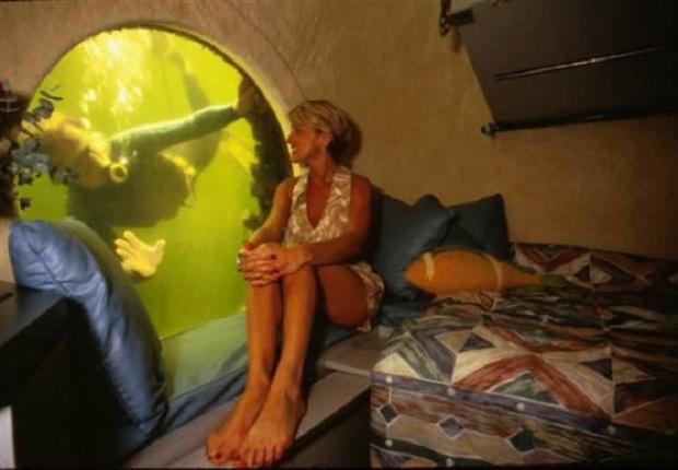 Подводная Лоджия в Ки Ларго, штат Флорида — это бывшая исследовательская лаборатория в мангровой лагуне. Чтобы попасть в вашу комнату, вам придется погрузиться под воду. Так как эта комната расположена на глубине 21 фут под водой, она является прекрасным местом, чтобы пуститься в подводное путешествие.