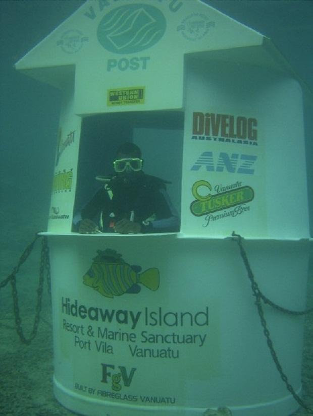 Если вы хотите отправить письмо необычным способом, вы можете сделать это под водой. Да, есть специальный почтовый бро офис и почтовые ящики на Багамах; в Risør, Норвегия; Сабах, Малайзия; Сент-Томас, Виргинские острова США, и Порт-Вила, Вануату. Большинство из них закрылись также быстро, как и открылись, но их существование уже доказывает то, что почта может быть осуществлена под водой. В Вануату у такого бро офиса также есть специальный веб-сайт.