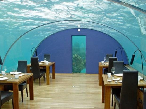 Ithaa — это название подводного ресторана на курорте Hilton Maldives Resort & Spa. Стены и крыша сделаны прозрачными и полукруглыми, чтобы получить колоссальные ощущения от нахождения под водой. Он вмещает до 14 посетителей, некоторые могут даже сходить вниз по спиральной лестнице, которая уходит на глубину 5 метров.