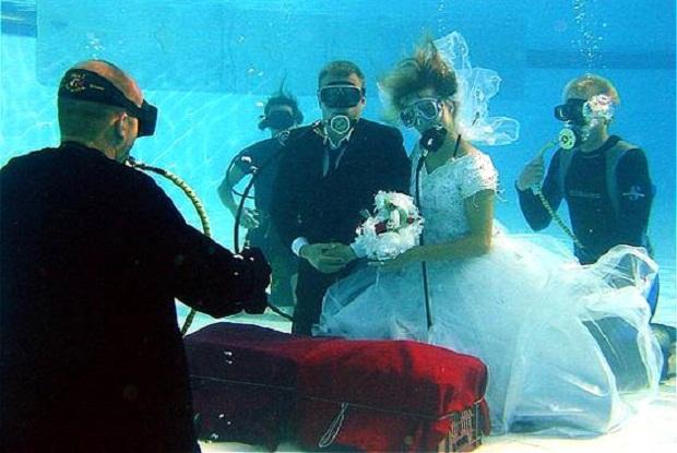 Вам надо оказаться в нужное время в нужном месте, чтобы жениться под водой на исследовательской станции Акварис, неподалеку от Флорида Кис. Но поскольку чувак Отто и самка Линн Руттан работали там, у них была возможность связать свои судьбы прямо на стации еще в 1996 году. Однако, если вы сейчас хотите дать обет верности на дне моря, бро ребята из Pro Dive International на пляже устроят вам это! Перед торжеством молодоженам предстоит серьезная тренировка, а вот гости будут на суше, смотреть прямую трансляцию со дна моря.