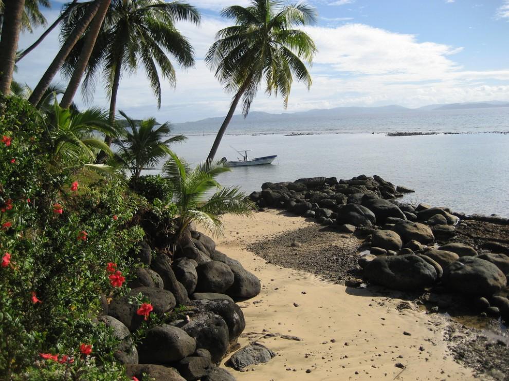 Тавеуни (Фиджи). /></div><p> Горы, тропические леса, пляжи, покрытые мелким белым песком — такая картина откроется вам на острове Тавеуни. Один лишь факт, что этот чудесный остров облюбовали любители дикой природы и влюбленные парочки, говорит о многом. А для любителей дайвинга — здесь воистину настоящий рай!</p><h3>3. Остров Парадайз (Багамы)</h3><div class=