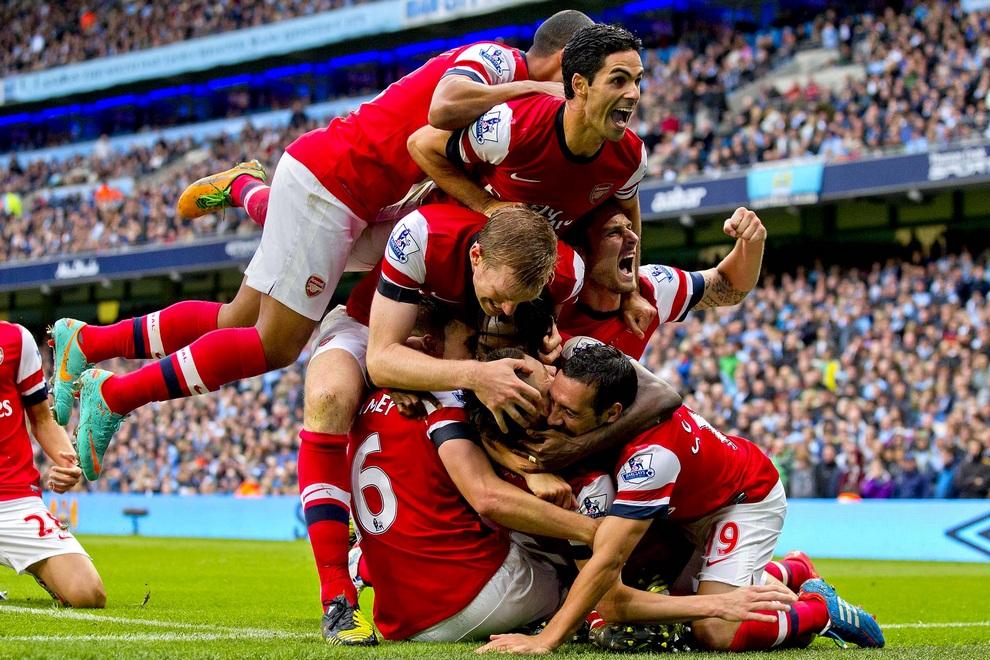 Футболисты «Арсенала» празднуют забитый мяч, который позволил им спастись в матче против «Манчестер Сити» на «Этихад Стэдиум» в Манчестере, Англия.