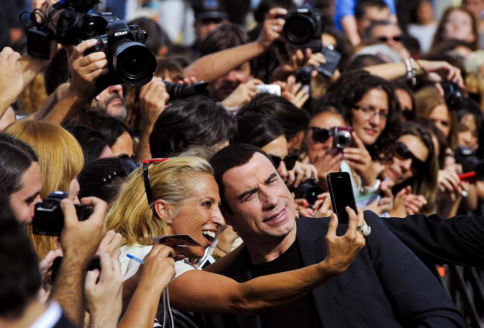 Прославленный актёр Джон Траволта фотографируется с фанатами после презентации фильма «Особо опасны» на кинофестивале в Сан-Себастьяне, Испания.