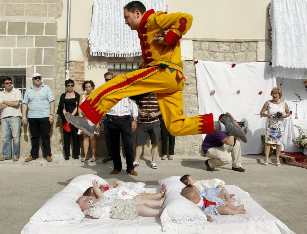El Colacho, «Прыжки через детей». Проходит в Кастрильо-де-Мурсия, Испания. Шесть младенцев, родившихся в этом году, кладут в два ряда посреди улицы на матрасы. Потом начинают бить барабаны... и двое одетых в желто-красные наряды мужчин, вооружившись кнутами и дубинками, перепрыгивают через ни в чем неповинных крох. Считается, что этот обряд, символизирующий бегство дьявола от Святых Даров, принесет малышам силу и здоровье.