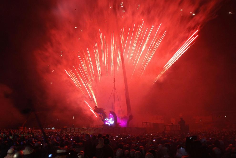 Yanshui Beehive, «Фестиваль фейерверков». Проходит в Яншуе, Тайвань. Большинство людей знает, что запускать фейерверки нужно в воздух, а не в толпу. Но тайваньцы, видимо, считают иначе, потому как во время 15-дневного празднования окончания лунного года их главное развлечение — пулять «огоньком» по большому сборищу людей. Все началось много лет назад, когда во время эпидемии болезни один местный гуру придумал, как отпугивать злых духов. С тех пор все Бро желающие «очиститься» выходят на улицы в защитной одежде, чтобы получить фейерверком... и все равно, несмотря на все меры предосторожности, ежегодно десятки людей страдают от ожогов и травм глаз.