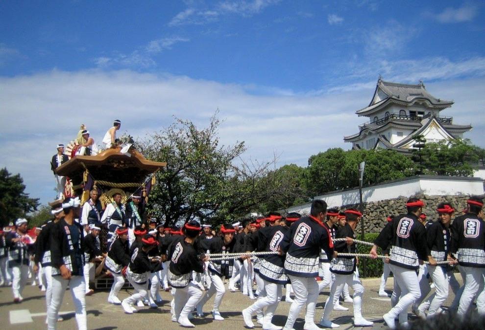 Danjiri Festival, «Парад деревянных повозок». Проходит в Осаке, Япония. Этот фестиваль появился еще в 1703 году как некий праздник урожая и дожил до наших дней, несмотря на реальную угрозу для жизни участников. В разных районах Осаки делают огромные и высокие, украшенные искусной резьбой, деревянные телеги. Потом их тянут за канаты по улицам. Причем раззадоренные алкоголем участники то и дело пускаются рысцой, телеги развивают большую скорость и на поворотах нередко переворачиваются, давя зевак.