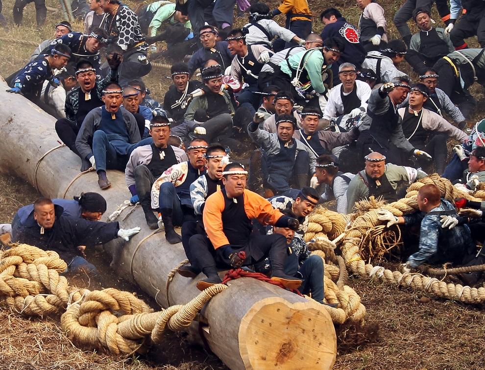 Onbashira Festival, «Катание на бревнах». Проходит в Нагано, Япония. Раз в 6 лет в апреле/мае, во время года Тигра и года Обезьяны по японскому календарю, устраивается, вероятно, самый абсурдный из фестивалей. Во время него мужчины Бро демонстрируют смелость, катаясь с холмов на гигантских бревнах. Надо ли говорить, что для многих это заканчивается трагично: они оказываются не на бревне, а под этой разогнавшейся с горы махиной. Так что остается только радоваться, что это происходит лишь раз в 6 лет.