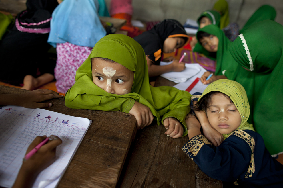 Дети отдыхают во время перерыва в исламской школе Haydayatul Uloom в лагере для беженцев Мэй-Ла, Таиланд, 4 июня 2012 года.