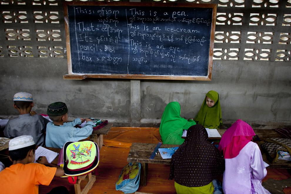 Ученики готовятся к уроку в классе исламской школы Haydayatul Uloom в лагере для беженцев Мэй-Ла, Таиланд, 4 июня 2012 года.