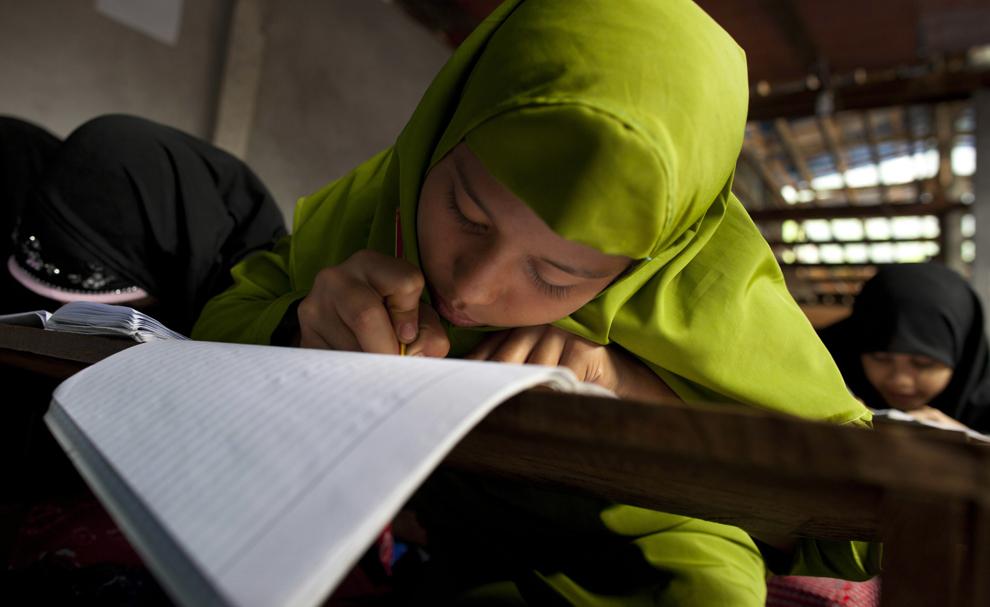 Девочка выполняет задания на уроке в исламской школе в лагере бля беженцев Мэй-Ла, провинция Так, Таиланд, 4 июня 2012 года.