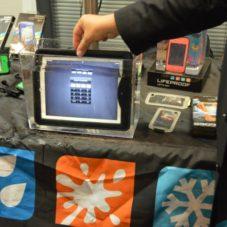 Аксессуар Lifeproof nüüd защищает iPad от воды, на закрывая его экран.