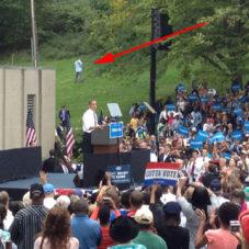Неужели этот чувак и в самом деле отливает на спиной президента Америки?