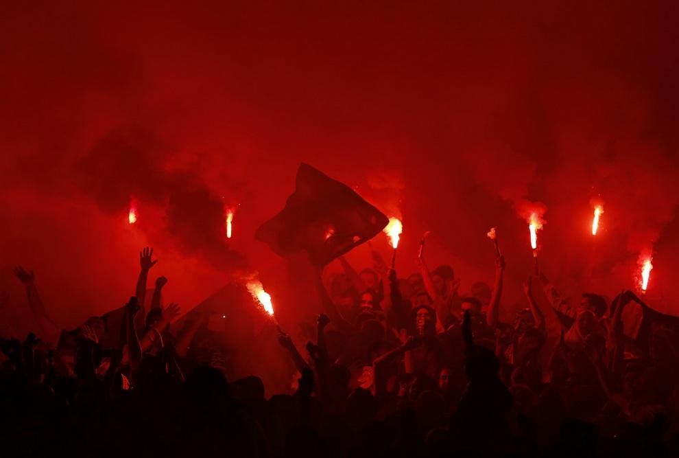 Фанаты «Фенербахче» поддерживают свою команду в матче против «Марселя» на стадионе «Шюкрю Сараджоглу», Стамбул, Турция. Вчера прошли первые матчи группового этапа Лиги Европы.