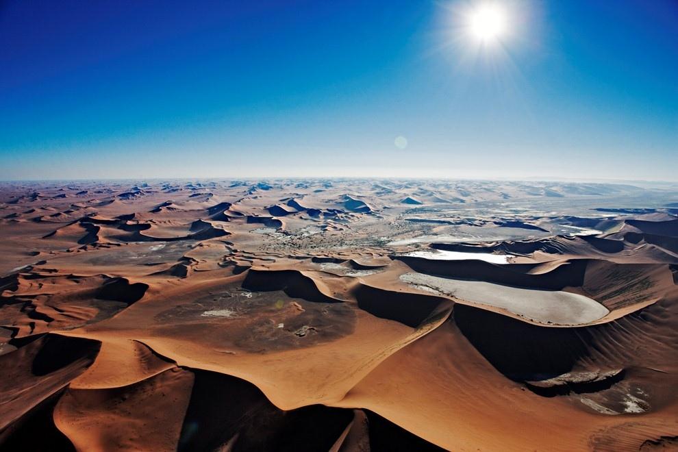 Песчаные дюны Соссусфлей под палящим солнцем в пустыне Намиб, Намибия.