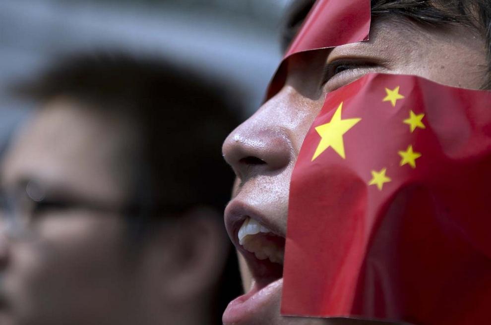 Малазийские китайцы протестуют у посольства Японии в Куала-Лумпуре, Малайзия. Спор за острова Сенкаку/Дяоюйдао стал причиной серьезного раздора между и так не очень дружелюбными Пекином и Токио. Китайцам очень важно получить контроль над маленьким архипелагом, потому что здешний шельф обладает крупными залежами газа.