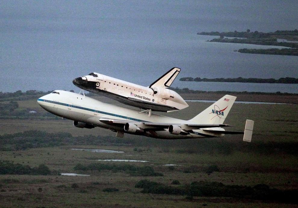 Космический шаттл «Индевор» верхом на модифицированном «Джамбо Джете» направляется в Хьюстон, откуда его перенаправят в конечный пункт назначения — Калифорнийский научный центр в Лос-Анджелесе, США.