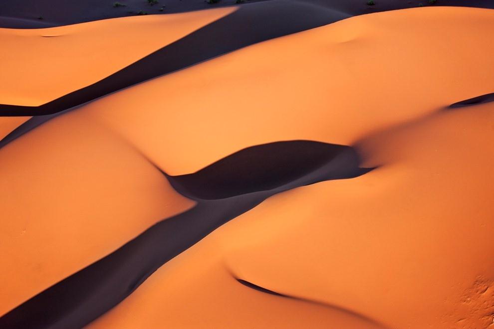 Красные песчаные дюны Соссусфлей в пустыне Намиб, Намибия.