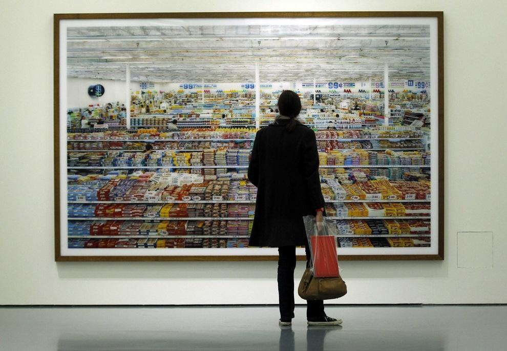 Журналист смотрит на фотографическую работу «99 центов» Андреаса Гурски (Andreas Gursky) во время выставки в Музее Кунстпаласт, Дюссельдорф, Германия. В 2007 году эту фотографию купил украинский бизнесмен Виктор Пинчук за рекордную сумму $3 340 456. Выставка Гурски представлена 60 лучшими работами.