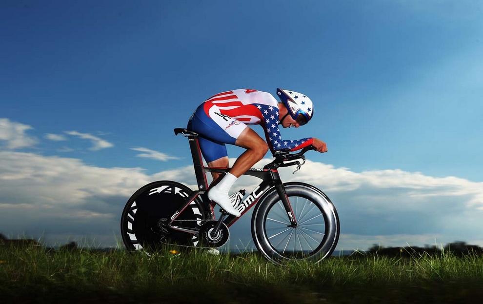 Велосипедист Тэйлор Финни (Taylor Phinney) из США мчит ко второму месту в мужской элите на четвертый день чемпионата мира по шоссейным велогонкам в Лимбурге, Нидерланды.