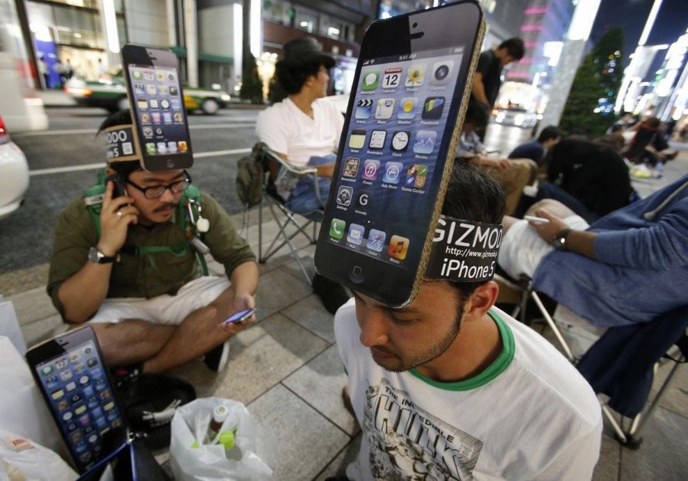 Люди стоят в очереди за новым iPhone 5 у магазина Apple Store Ginza в Токио, Япония. Для многих людей гаджеты Apple превратились в настоящий фетиш, и они непременно хотят получить их первыми.