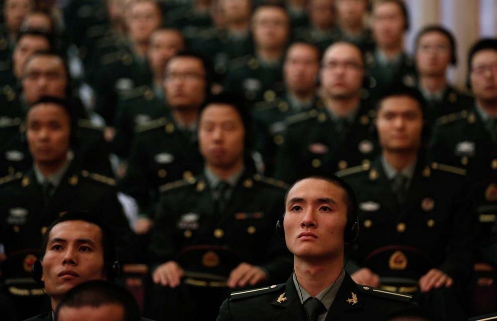 Китайские курсанты слушают выступление министра обороны США Леона Панетты в Пекине, Китай.