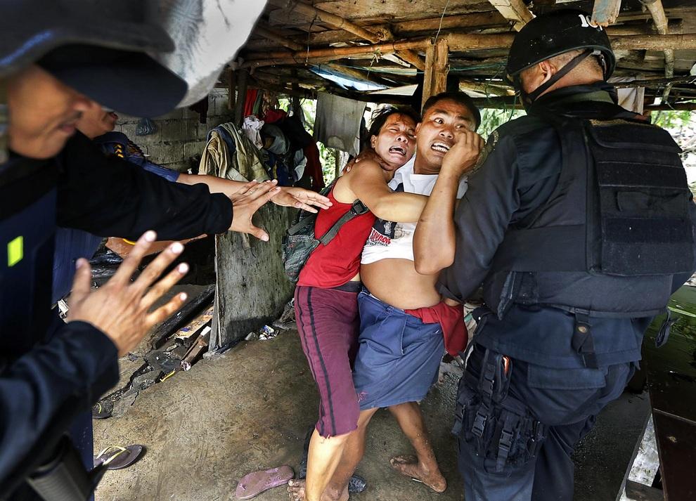 Филиппинская полиция и спецназ проводят аресты в незаконных трущобах Тагига, Филиппины. Местные жители — бывшие военные и служащие полиции — должны покинуть свои лачуги, потому что здесь планируют построить новые кварталы.