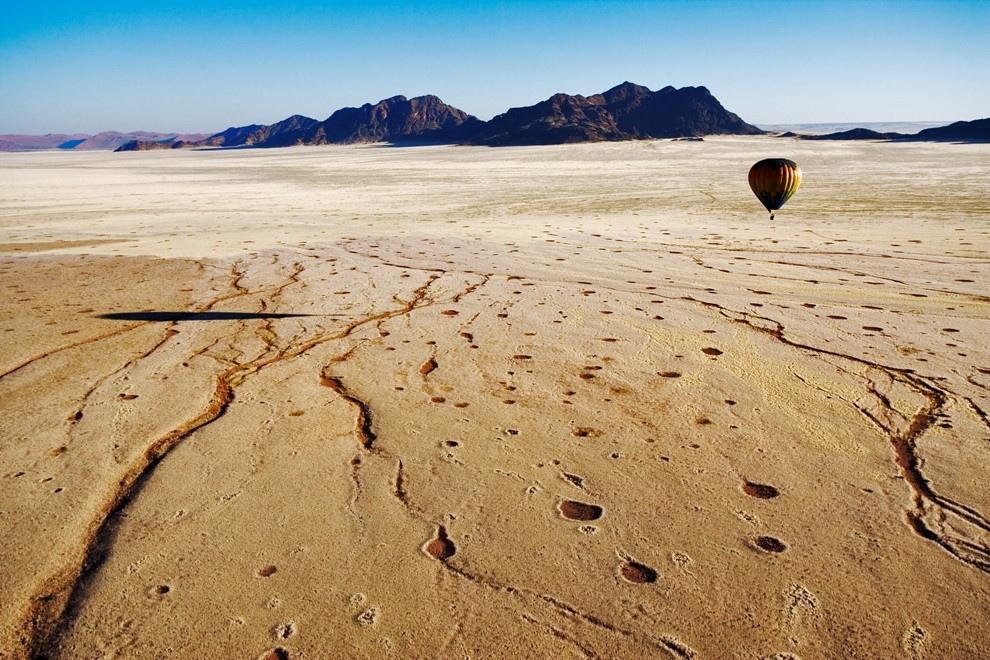 Воздушный шар пролетает над пустыней Намиб, Намибия.