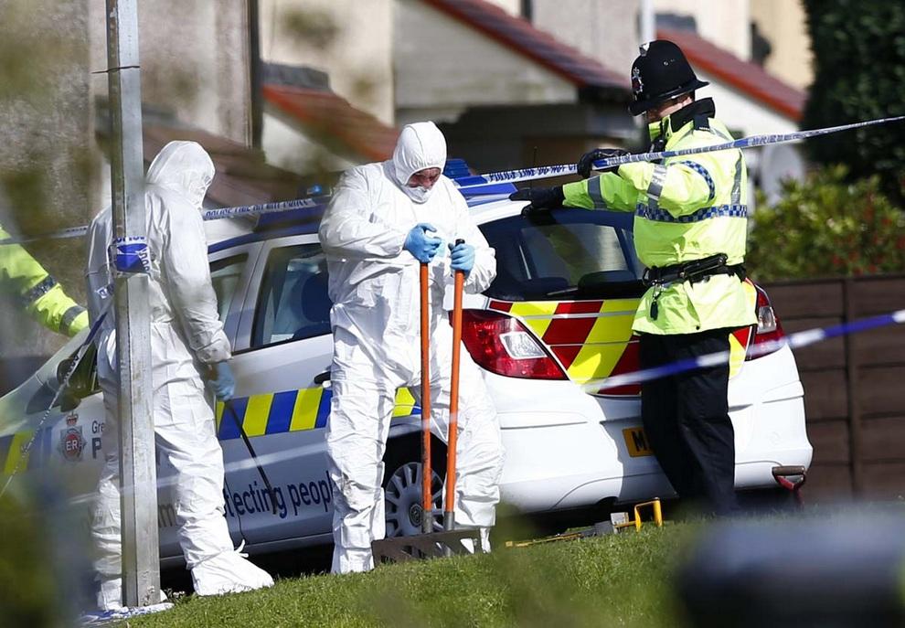 Полиция проверяет стоки на месте убийства двух женщин-полицейских в Хаттерсли, Манчестер, Англия.