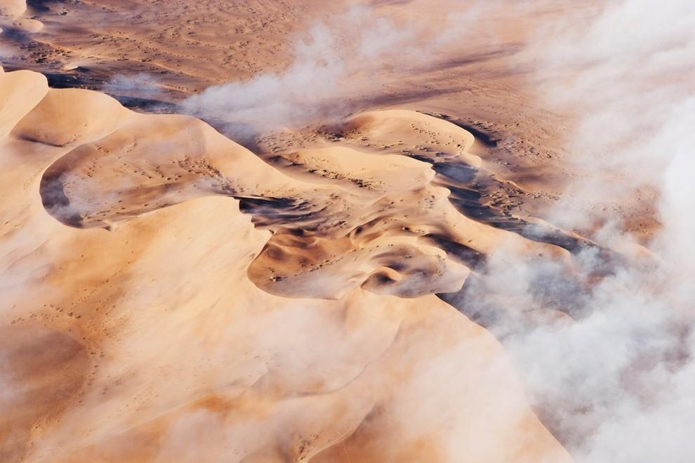 Густой туман от Атлантического океана движется вглубь пустыни Намиб, Намибия.
