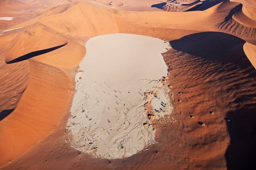 Соляной пруд в пустыне Намиб, Намибия.