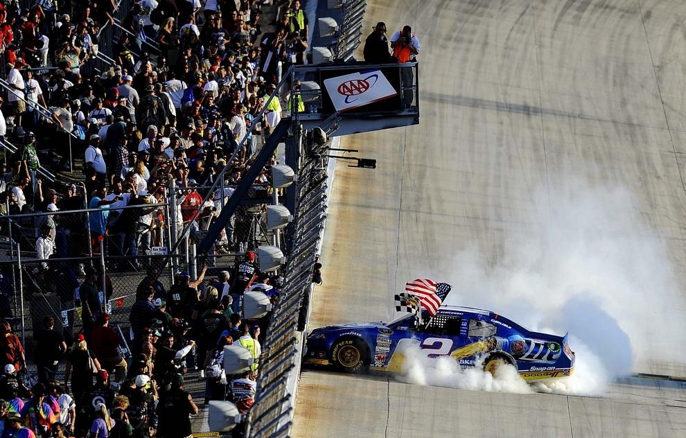 Чувак Брэд Кеселовски (Brad Keselowski) демонстрирует публике трюки после победы в гонке класса NASCAR Sprint Cup Series на трассе «Довер Интернешнл Спидвей», Довер, штат Делавэр, США.