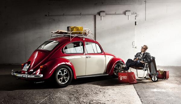 """Этот жук реставрировался в Californialook, где его мотор поменяли на более сильный. В оригинале так называемый """"сберегательный жук"""" имел 1200 куб. см. мотора с 34 л.с. Жук VW производился с 1938 по 2003, и по июнь 2002 был наиболее продаваемым автомобилем мира, прежде чем его не превзошел VW Golf. Происхождение жука лежало в идее доступности для широкой массы. Большое участие в развитии принимал Фердинанд Порше, который считается создателем """"жука""""."""