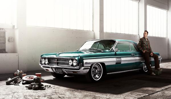 Starfire был ведущей спортивной моделью марки Oldsmobile. Первое поколение Starfire выпускалось с 1961 по 1966, сначала кабриолет, купе присоединялось в 1962. В основной комплектации были такие дополнения как кондиционер, электрические оконные ручки, электрически передвижное сидение водителя, 4 пепельницы и 3 поджигателя сигарет, изнутри открываемый багажник.