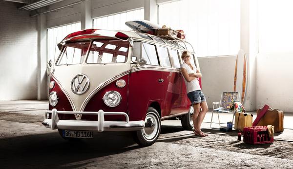 Первый VW Bulli сошел с конвейера 8 марта 1950 в Вольфсбурге. Его особенностями были хромовые колпаки колес, отполированная эмблема VW на фронте и двуцветная лакировка. Области между 2 цветами разделялись хромовыми планками. К оборудованию принадлежали также радио трубы и выдвижная складная крыша в области пассажира, а также задний буфер. В 9-ти местном овтобусе было в целом 23 окна.
