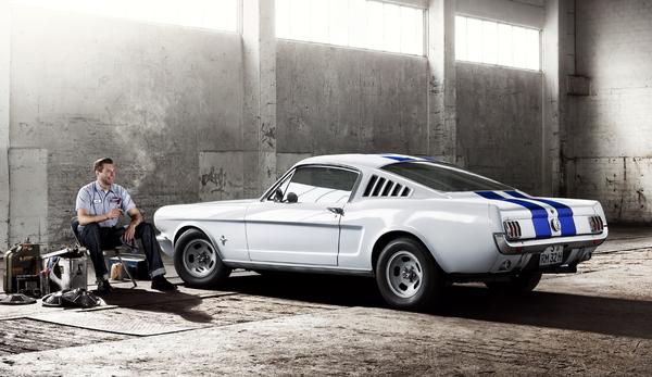 """17 Апреля 1964 года Ford Mustang был представлен как хардтоп и кабриолет для общественности. Клиенты спили перед окнами, чтобы купить из первых Мустангов. Вечером того же дня было более чем 22.000 заказов, что было обусловлено не в последнюю очередь низкой ценой базы $ 2.500. В 1965 году Ford Mustang впервые былпредложена в качестве фастбэк. По словам производителя Ford Mustang """"играл"""" в 500 фильмах."""