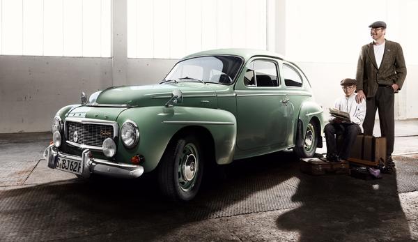 """Buckelvolvo производился с 1947 по 1965 год, и было выпущено именно 440000 авто. Модели PV 544 и P 121 """"Амазон"""" были первыми в мире автомобилями, которые с 1959 года поставлялись с трехточечными ремнями безопасности на передних сиденьях. Buckelvolvo выиграл немецкий чемпионат Hillclimb 1959 (водитель: Эберхард Mahle) и Восточно-африканской Safari Rally 1965."""