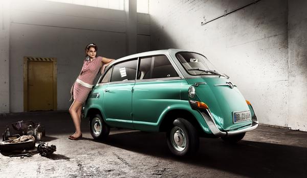 """BMW 600 был немного не убедителен в общей концепции и в соответствии с этим был не очень успешен. Своеобразная конструкция четырехместного малолитражного автомобиля с одной фронтовой боковой дверями пришлась не по вкусу клиентам. За 3.985 ДМ ожидали, все же, скорее """"правильную"""" машину. Таким образом жук VW был немного дешевле даже чем BMW. В течение 2 лет с 1957 по 1959 было выпущено 34.813 автомобилей."""