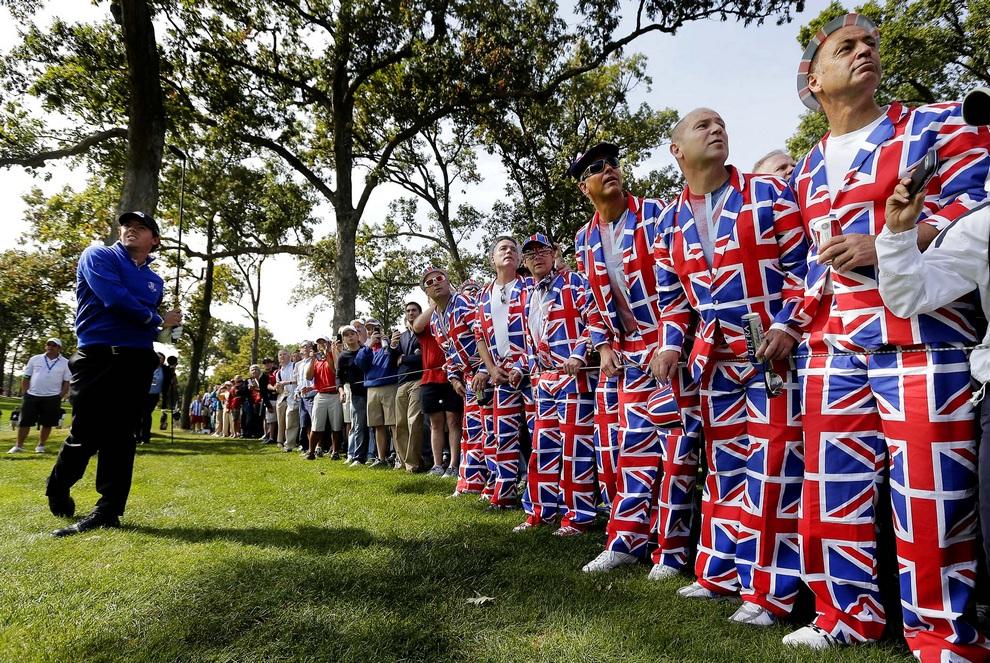 Зрители из Великобритании наблюдают за ударом североирландца Рори Макилроя (Rory McIlroy), 26 сентября 2012 года. Кубок Райдера, Медина, штат Иллинойс, США.