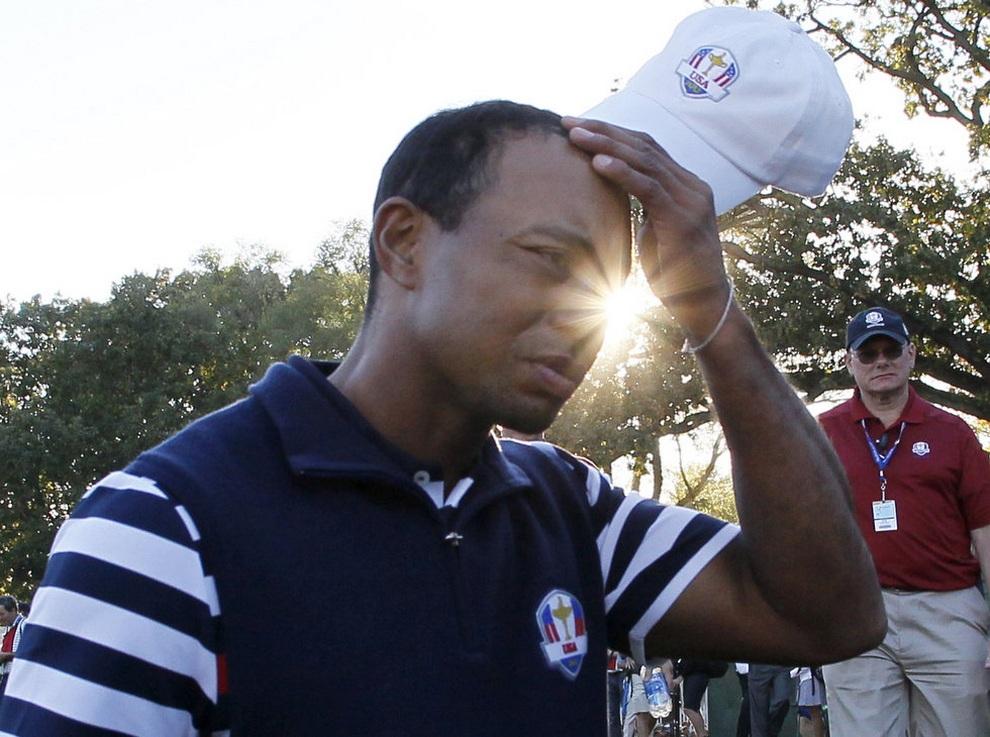 Легендарный американец Тайгер Вудс (Tiger Woods) задумчиво чешет голову после поражения, 30 сентября 2012 года. Кубок Райдера, Медина, штат Иллинойс, США.