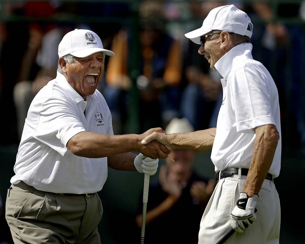Непревзойденный мексикано-американский игрок в гольф Ли Тревино (Lee Trevino) радостно пожимает руку Стэну Миките (Stan Mikita), 25 сентября 2012 года. Кубок Райдера, Медина, штат Иллинойс, США.