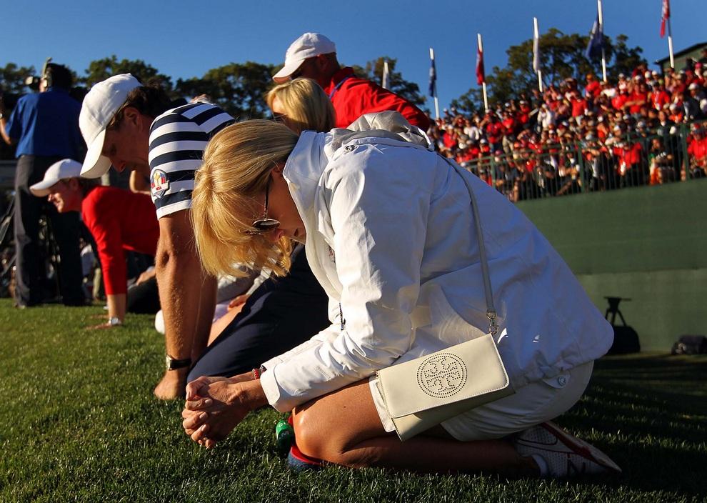 Безутешные американские фанаты, среди которых была жена Стива Страйкера (Steve Stricker), не могут поверить в поражение, 30 сентября 2012 года. Кубок Райдера, Медина, штат Иллинойс, США.