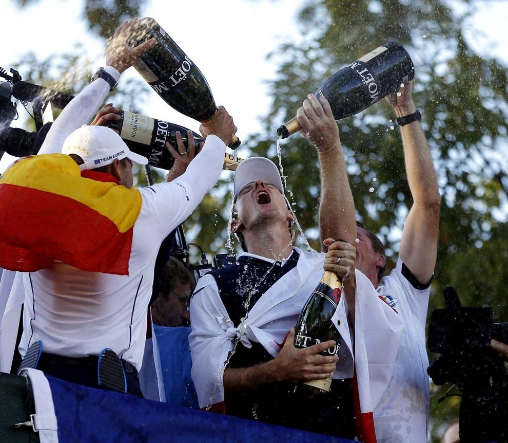 Счастливые победители купаются в шампанском, 30 сентября 2012 года. Кубок Райдера, Медина, штат Иллинойс, США.