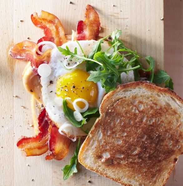 Настоящий мужской сэндвич из маринованного лука, бекона и яичницы  BroDude.ru Baconr1282555977 585x596