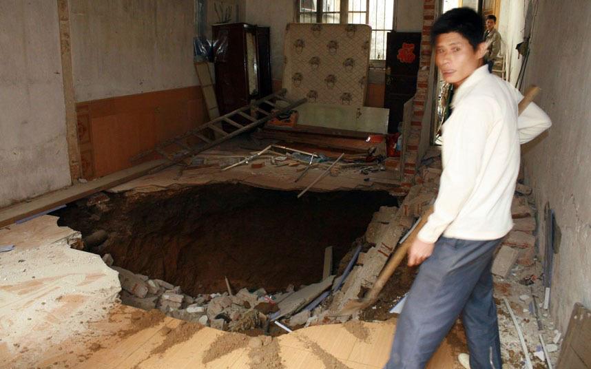 Эта дыра образовалась в доме в Гуилине,(Китай), в 2010 году.
