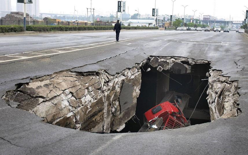 2001 год, в Китае грузовик провалился в образовавшуюся на дороге дыру.