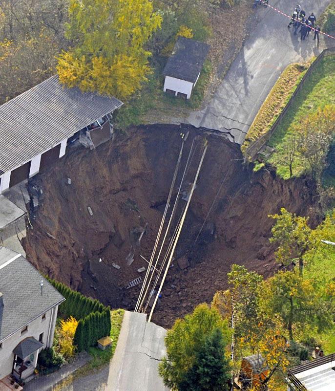 Эта дыра образовалась в Шмалькальдене, Германия, в ноябре 2010 года.